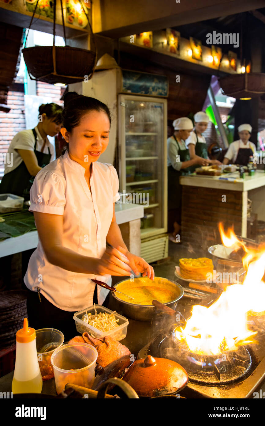 Frau Koch Demonstration, Miss Vy Cooking Academy, Markt Restaurant, Hoi an, Vietnam zu tun Stockbild
