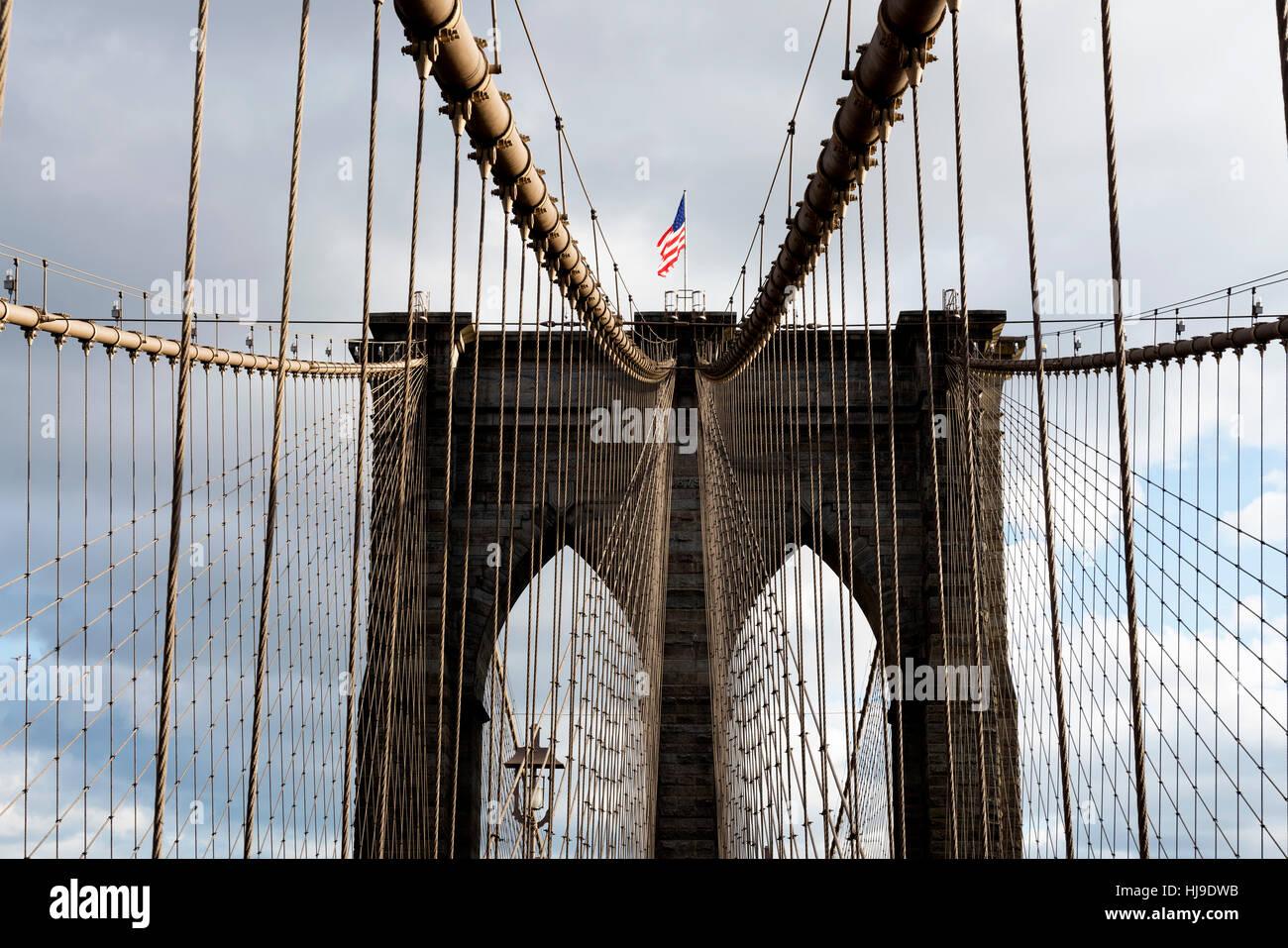 Nach oben auf einem Turm von der Brooklyn Bridge, NYC. Drahtseile sind reichlich vorhanden. Stockbild