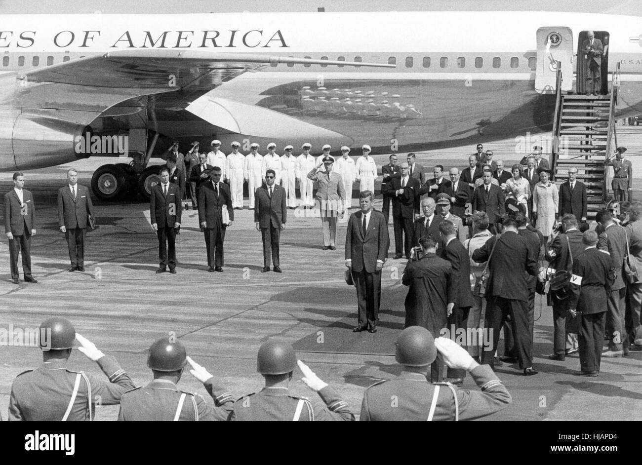 US Präsident John F. Kennedy (M) und Bundeskanzler Konrad Adenauer (nach Kennedys rechts) während des Abspielens Stockfoto