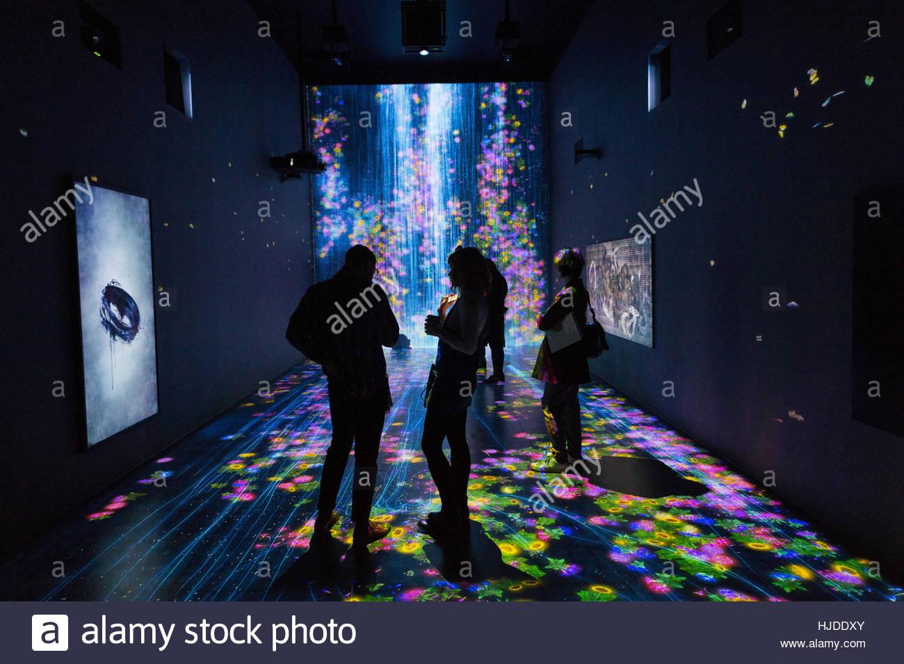 London, UK. 24. Jan... Besucher sehen eine interaktive digitale ...
