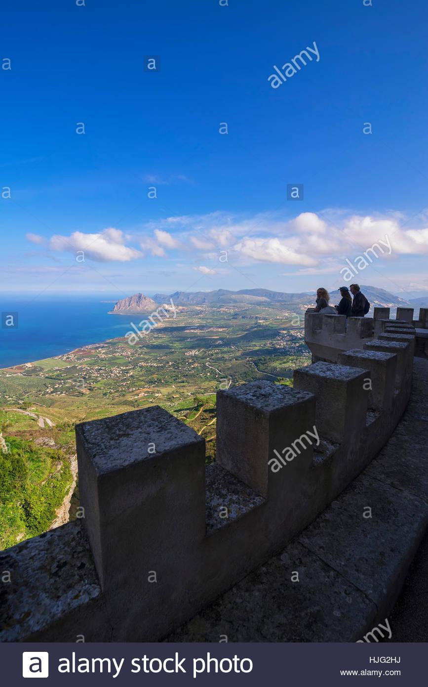 Leute, die herrliche Aussicht vom Venus Schloss, Erice, Sizilien, Italien Stockbild