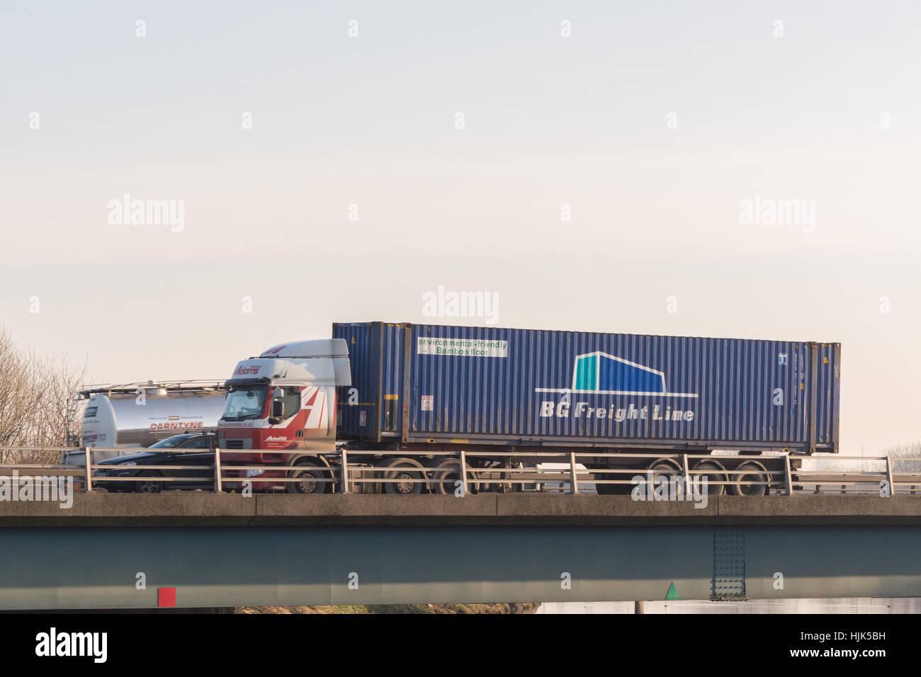 BG Güterstrecke Versandbehälter auf LKW - Schottland, UK Stockbild