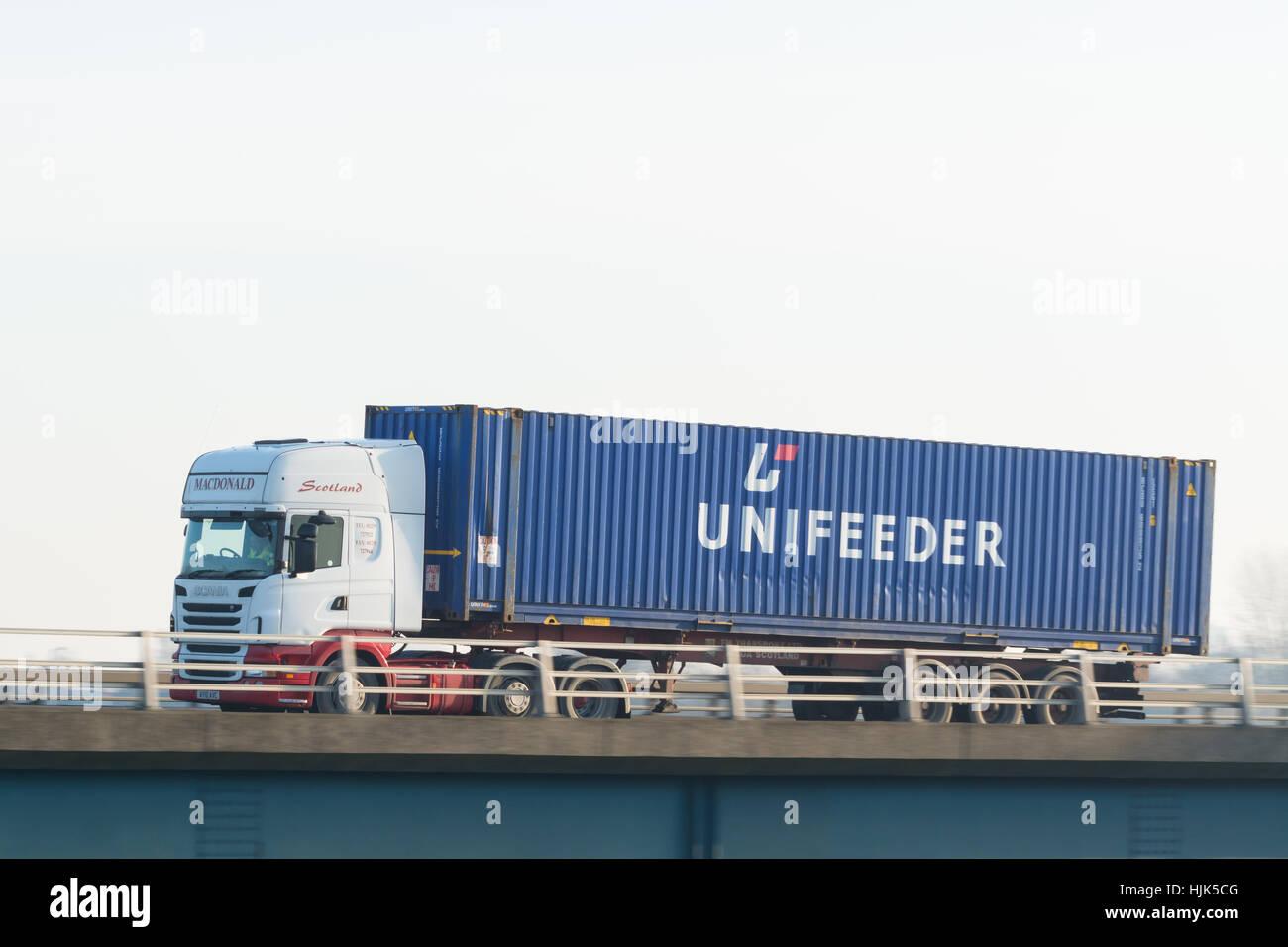 Unifeeder Versandbehälter auf LKW - Schottland, UK Stockbild