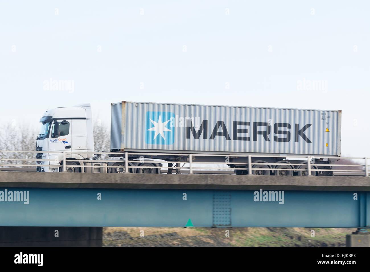 Maersk Versandbehälter auf der Rückseite eines LKW auf Autobahn UK Stockbild