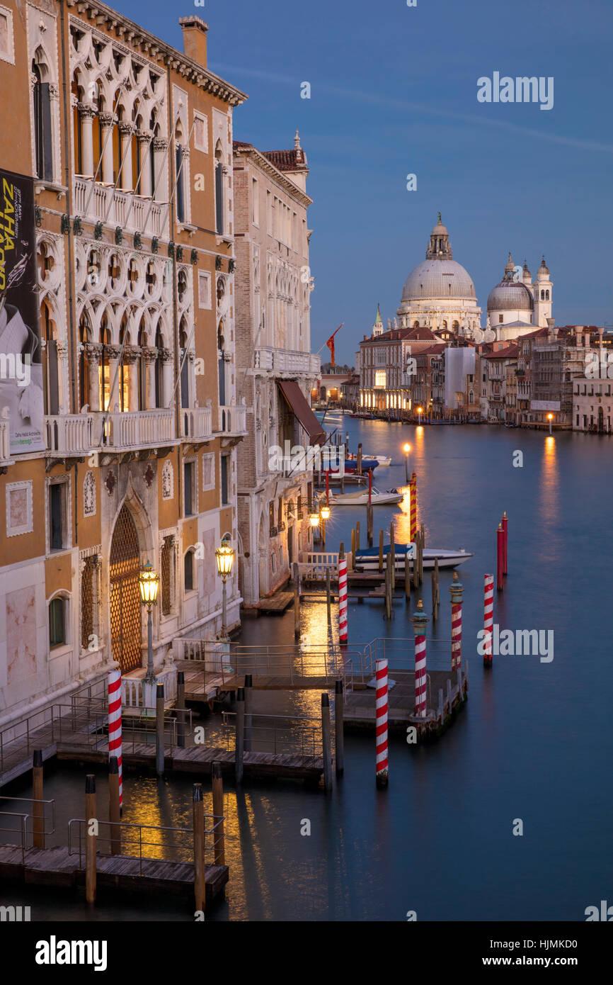Twilgiht über die Gebäude entlang des Canal Grande mit Santa Maria della Salute über Venedig, Veneto, Italien Stockfoto