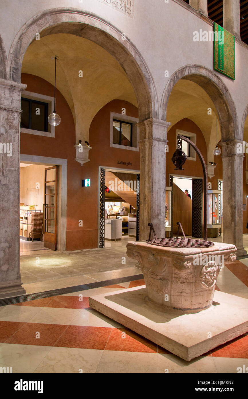 Innenraum des Fondaco dei Tedeschi (b. 1228) - jetzt ein Kaufhaus entlang des Canal Grande, Venedig, Veneto, Italien Stockbild