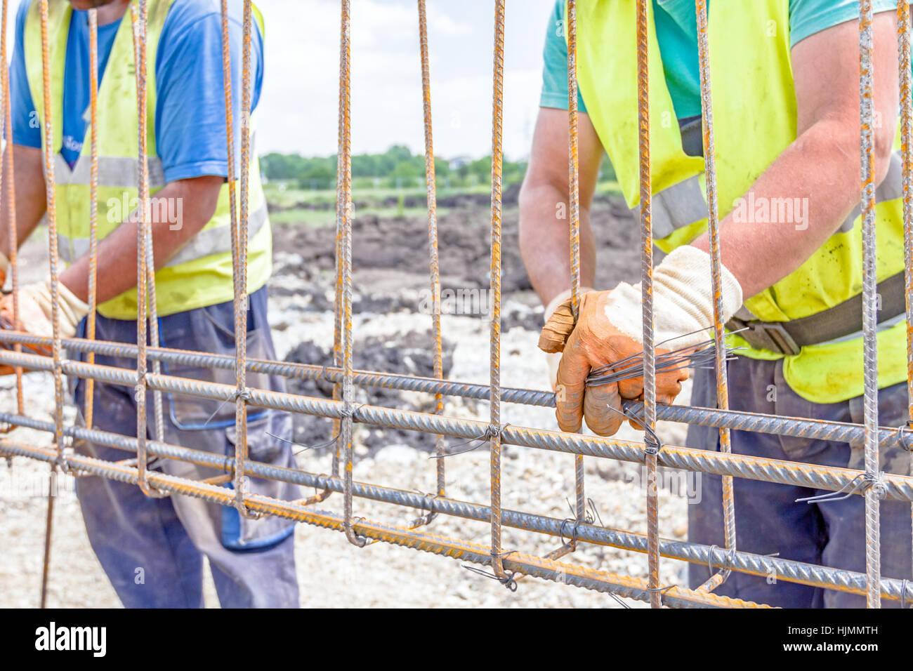 Arbeitskraft ist Bewehrung um einen neu errichteten Fundament Rahmen ...