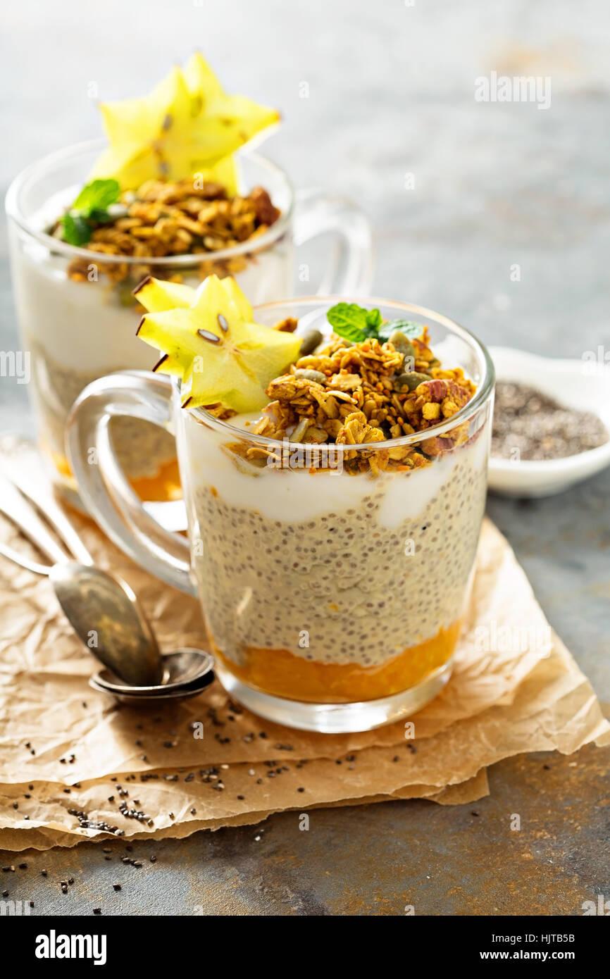 Chia-Pudding, mit exotischen Früchten und Müsli Stockbild