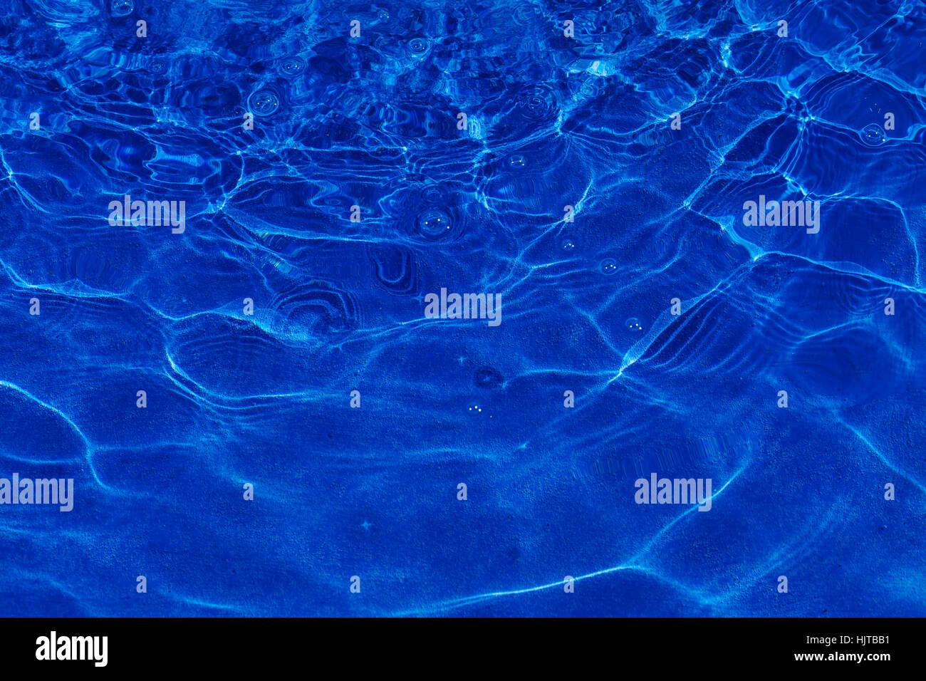 Abstrakt blau Wasser im Pool, Hinweis fahl Schärfentiefe Stockbild