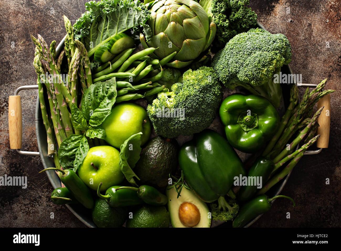 Vielzahl von grünem Gemüse und Obst Stockbild