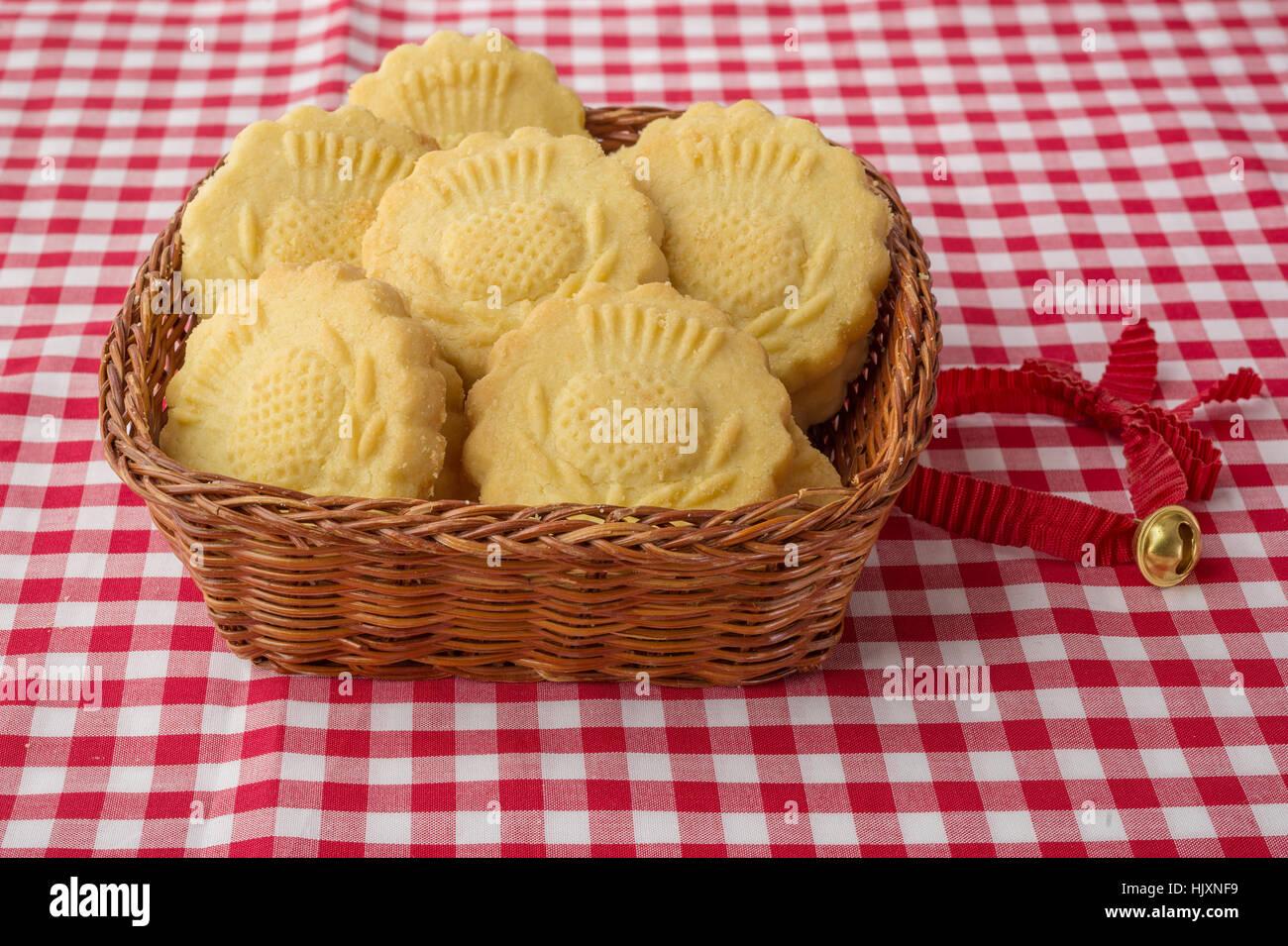 Einige dekoriert traditionelle Butterkekse in den geflochtenen Korb ...