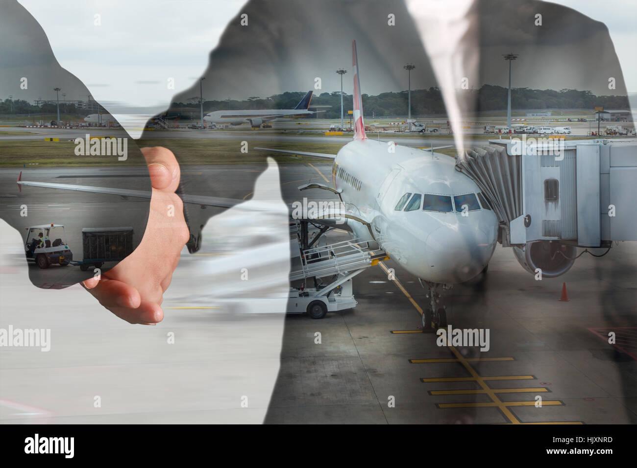 Doppelbelichtung Handshake und Flughafen auf Bewegung Hintergrund als Partnerschaft und Transport-Konzept. Stockbild