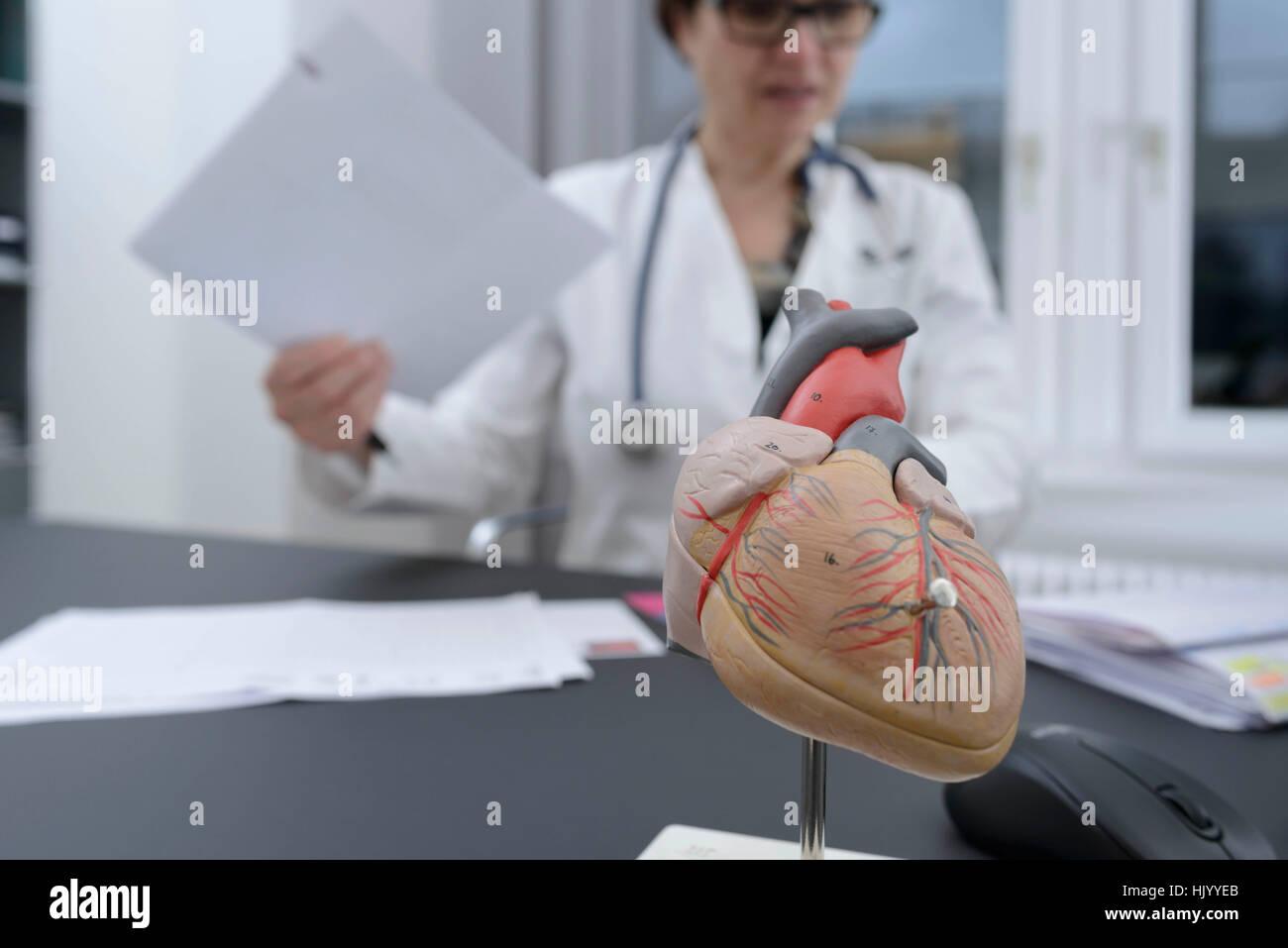 Ärztin, Aussortieren Papierkram Stockbild