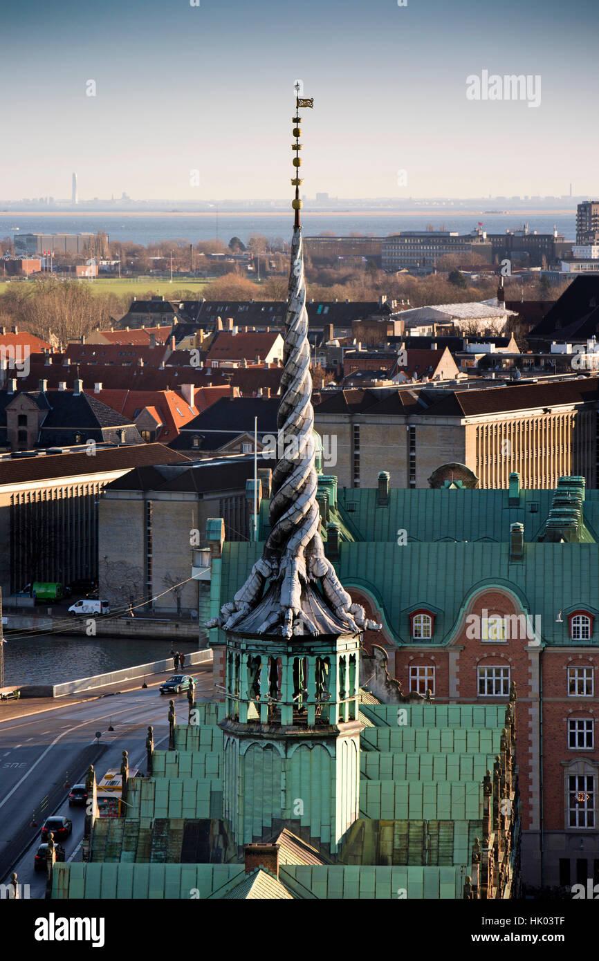 Dänemark, Kopenhagen, Slotholmsgade, verdrehten Drachen Turm der Börsenzeitung, der ehemaligen Börse Stockbild