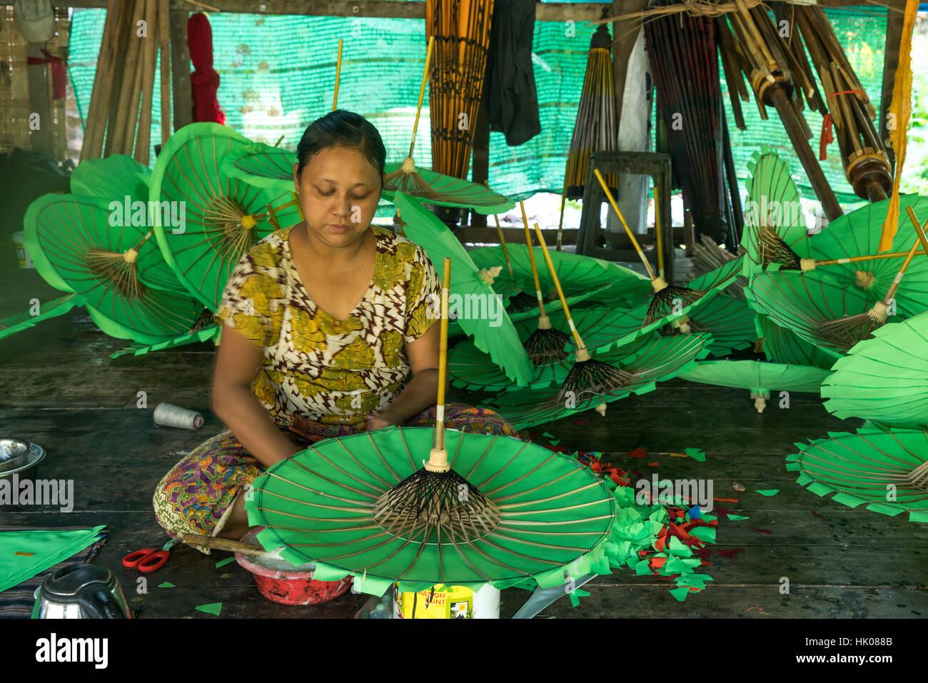 Werkstatt Für Die Berühmten Bunton Schirme Htee in Pathein, Myanmar, Asien |  Regenschirm-Workshop für Stockbild