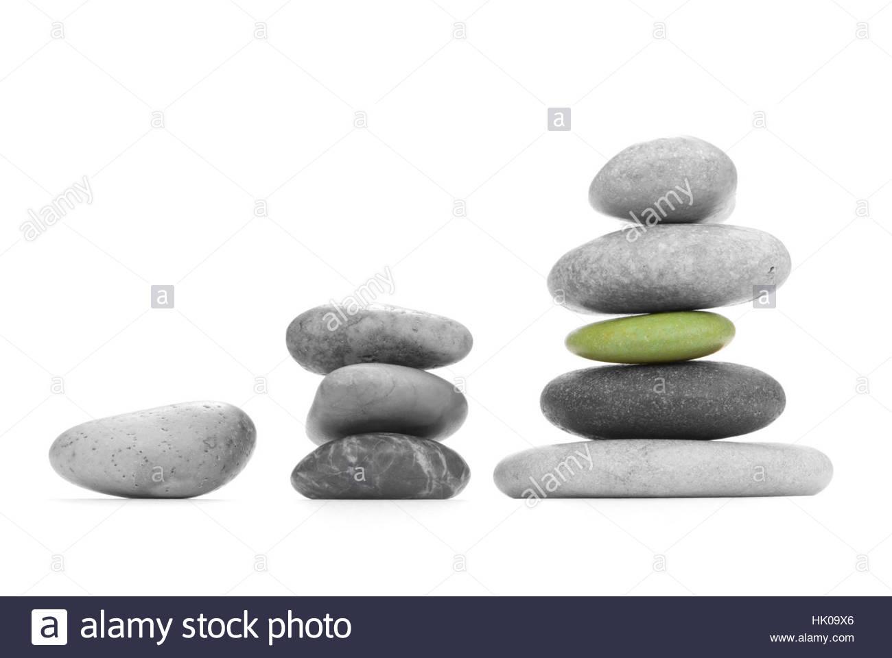 Monochrome meer Steine (die andere Form) auf einem weißen Hintergrund. Das Symbol der Stabilität und Gleichgewicht... Stockfoto