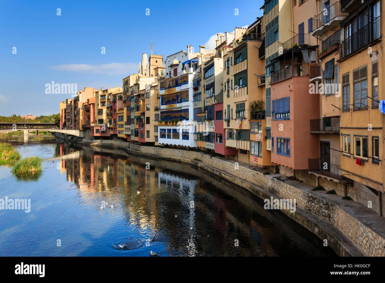 Unverwechselbaren historischen farbigen Arkaden Häuser und Fluss Onyar, Girona, Provinz Girona, Katalonien, Stockbild