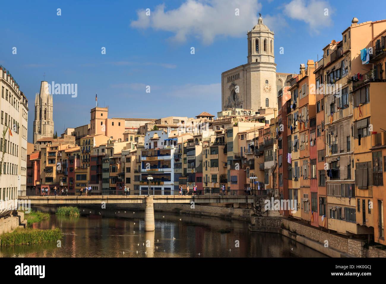 Kathedrale thront über markante historische farbigen Arkaden Häuser und dem Fluss Onyar, Girona, Provinz Stockbild