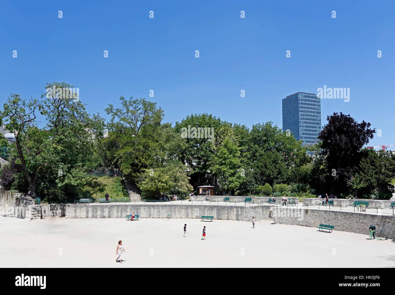 Frankreich, Paris. 5. Arrondissement. Arene de Lutece. Pierre und Marie Curie (Jussieu) Universität im Hintergrund. Stockbild