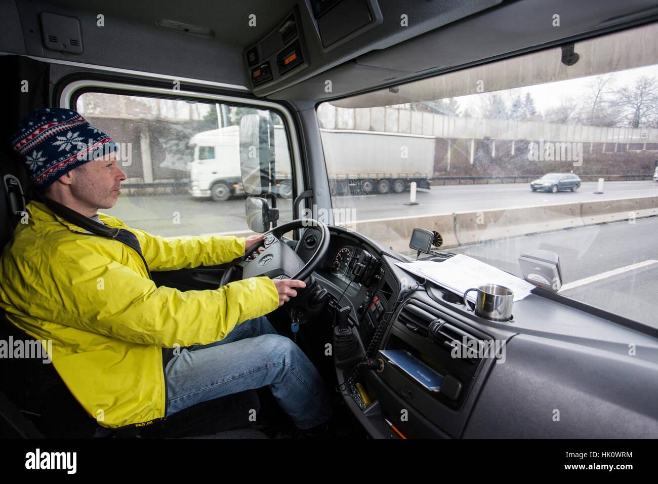 Professioneller Fahrer auf der Autobahn A46 in der Nähe von Wuppertal Stockbild