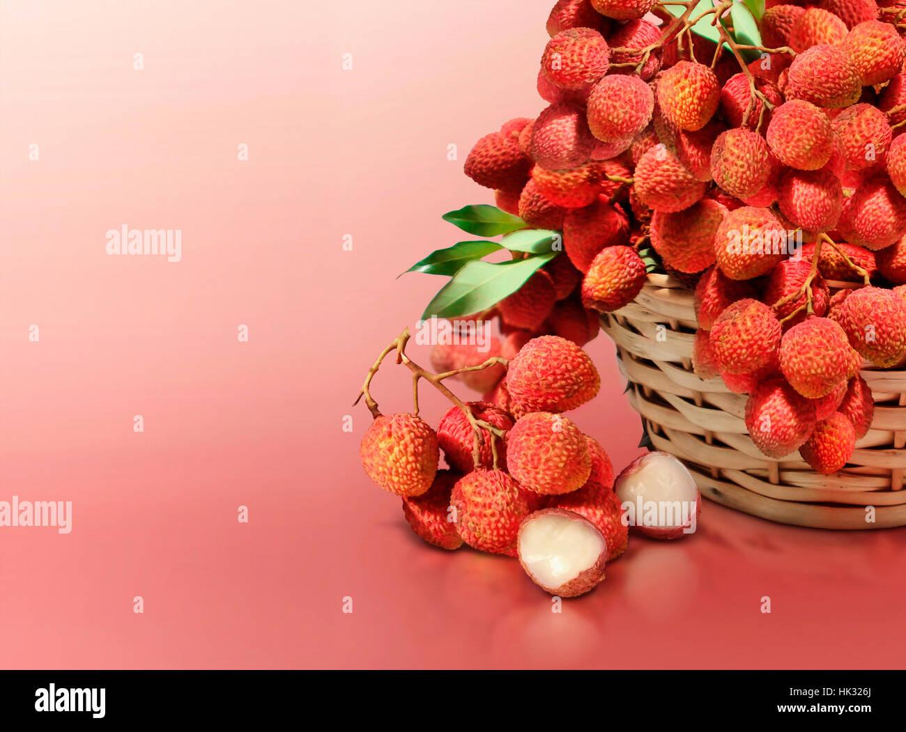 Litschi auf rotem Hintergrund Stockbild
