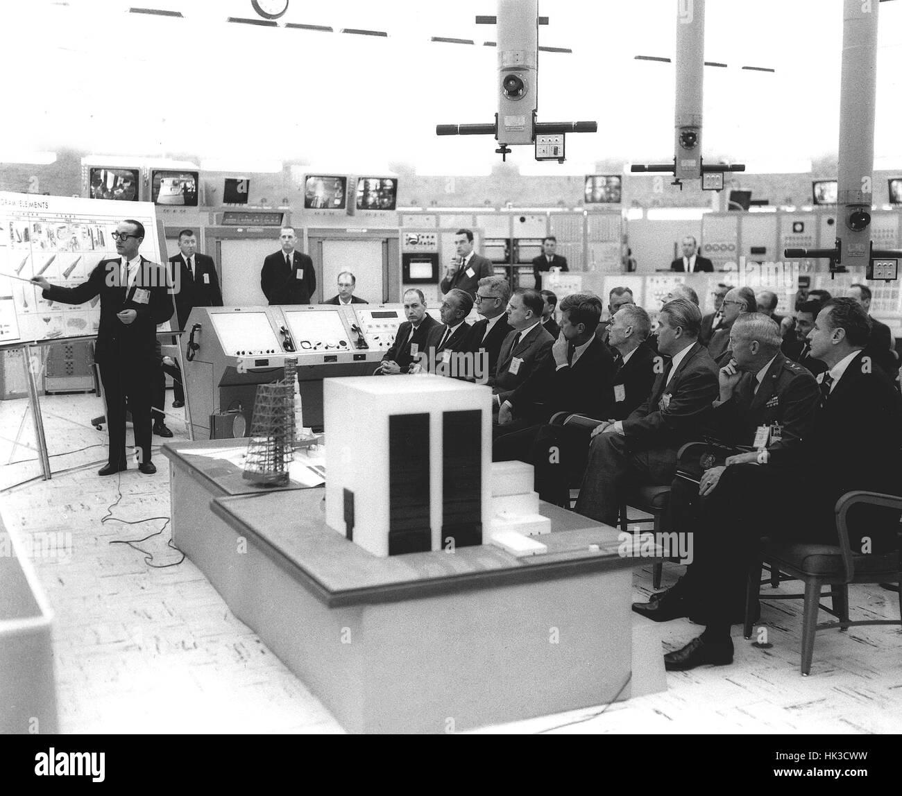 Arzt George Mueller gibt Saturn V Orientierung an US-Präsident John F. Kennedy und Funktionäre im Blockhaus 37 in Cape Canaveral, Florida. Vordere Reihe, von links nach rechts: George Low, Arzt Kurt Debus, Arzt Robert Seamans, James Webb, Präsident Ken Stockfoto
