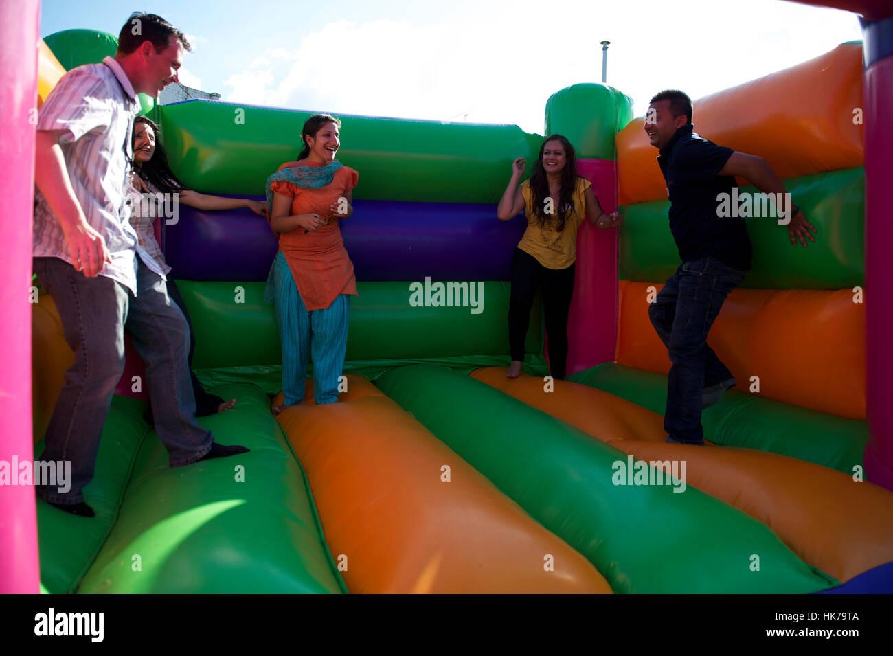 Care Team UK die Hüpfburg im Family Fun Day genießen. Grüße, Allgemeinmedizin und Notfallambulanz. Stockbild