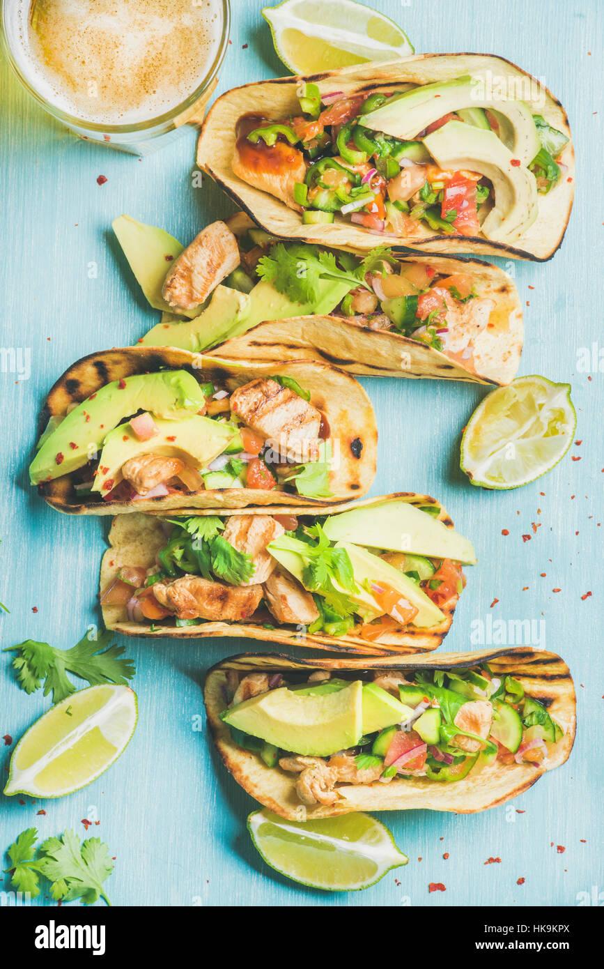 gesund mais tortillas mit gegrilltem h hnchen avocado frischer salsa limetten und bier im. Black Bedroom Furniture Sets. Home Design Ideas