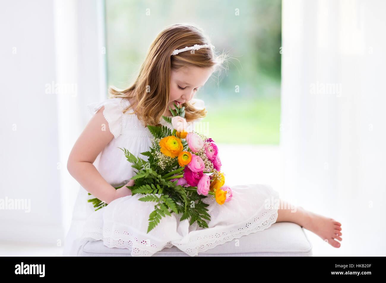 Niedliche kleine Mädchen im weißen Kleid Geburtstagsparty Ranunkeln ...