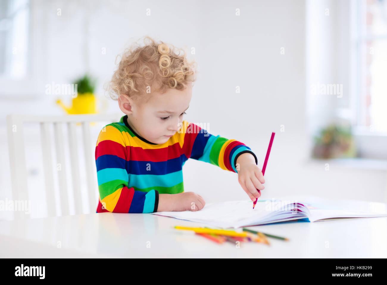 Niedliche kleine Junge Hausaufgaben, ein Buch zu lesen, Malvorlagen ...
