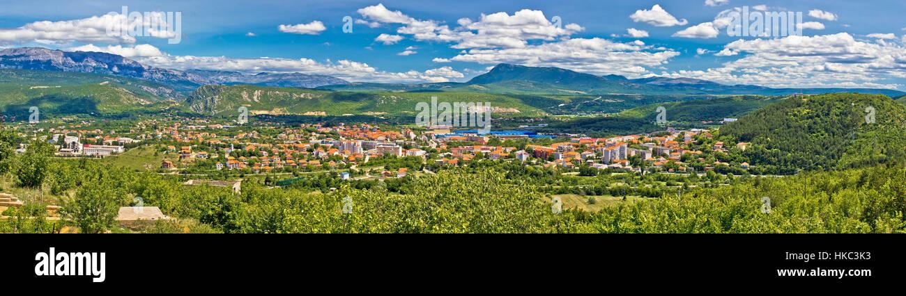Dinara Gebirge und Stadt Knin Panoramablick, Kroatien Stockbild