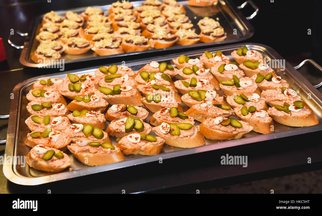 hausgemachte canap s kleine sandwiches vorspeisen mischung aus verschiedenen finger food snacks. Black Bedroom Furniture Sets. Home Design Ideas