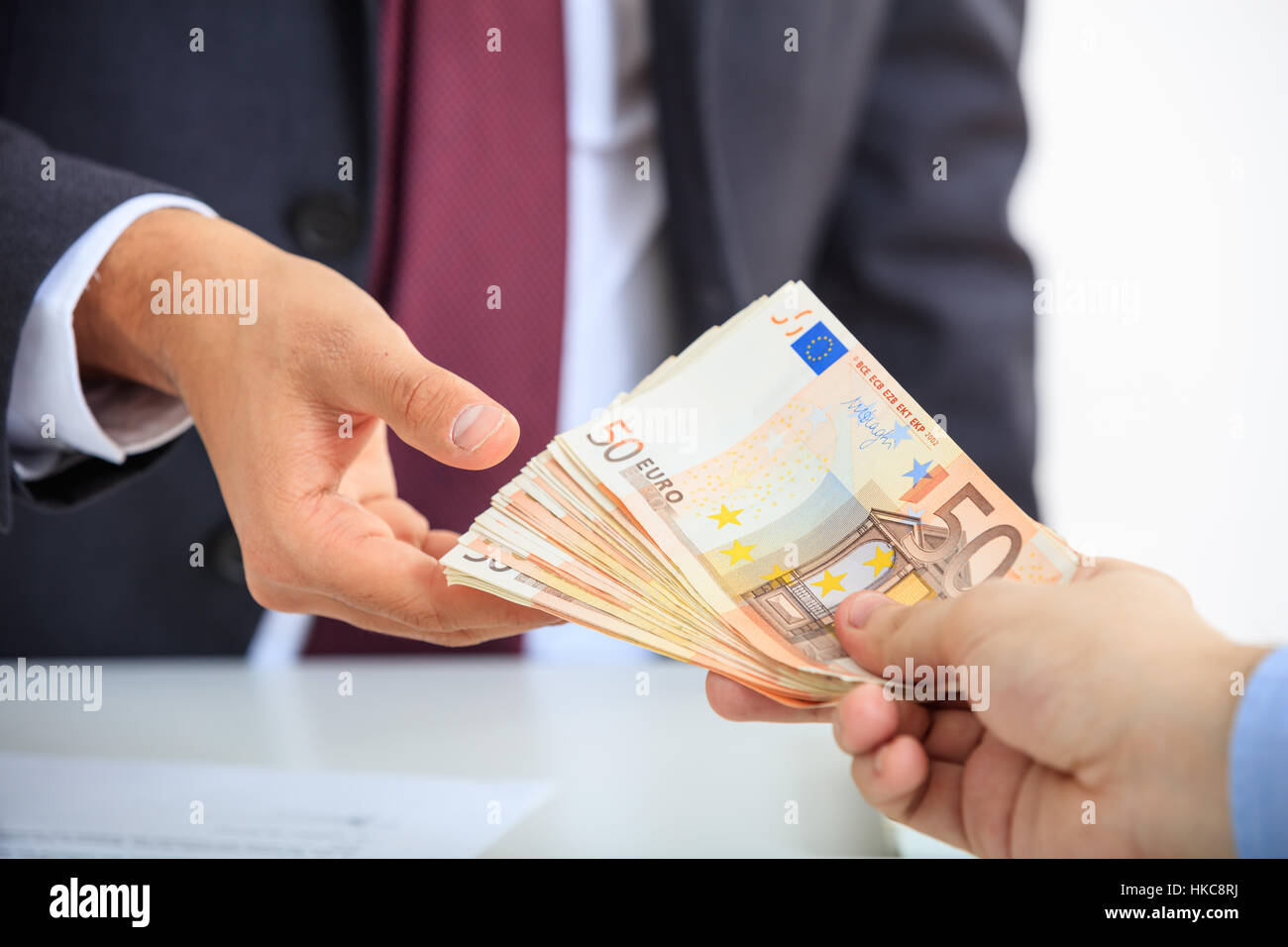 Mann im Anzug Geldeingang Stockfoto, Bild: 132421398 - Alamy