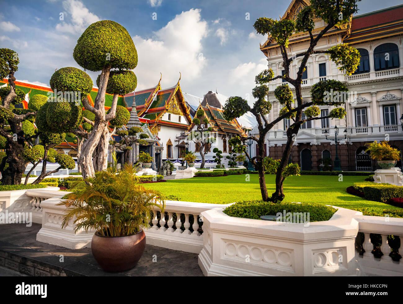 Grand Palace mit topiary Garten am sonnigen Tag in Bangkok, Thailand Stockbild
