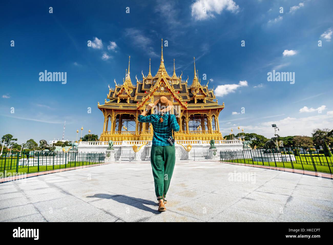 Frau in Hut und grün geprüft mit Foto-Kamera zu der Ananta Samakhom Throne Hall in Thai Royal Dusit Palast, Stockbild
