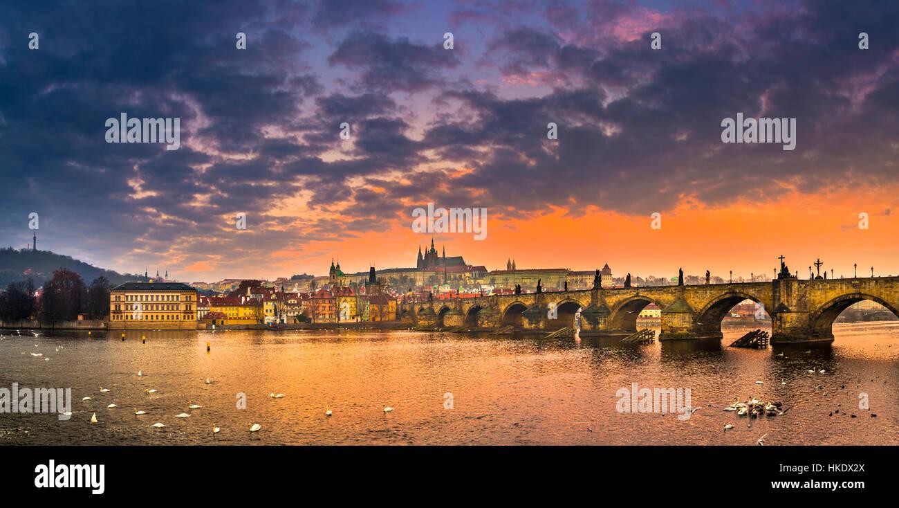 Moldau, Karlsbrücke, St.-Veits-Dom, Prager Burg, Sonnenaufgang, Hradschin, Altstadt, Prag, Böhmen Stockbild