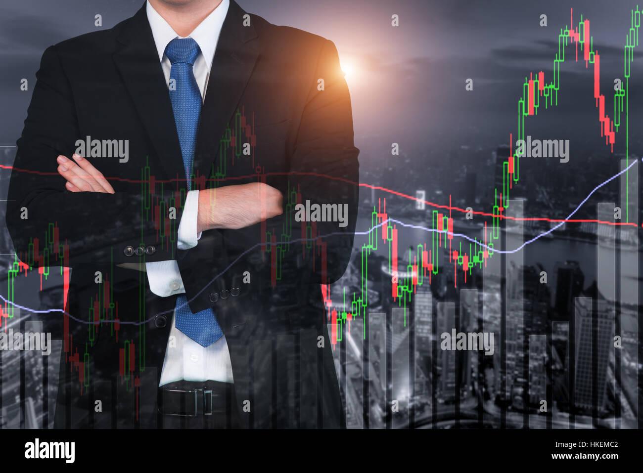 Candlestick-Chart-Muster Aufwärtstrend, Börse Shanghai Stadtbild bei Nacht Hintergrund Stockfoto