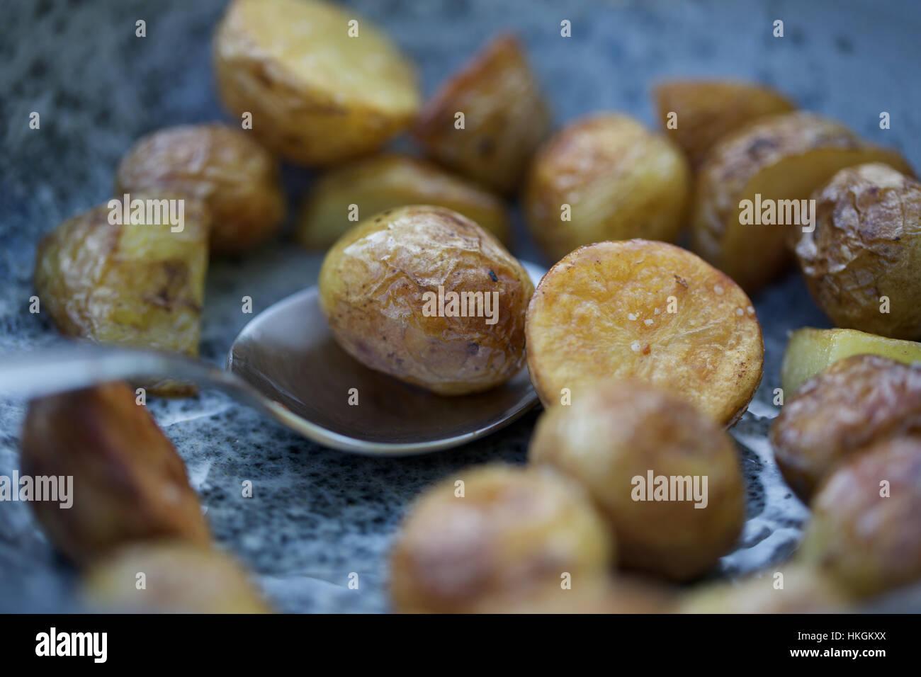 Gebratene Baby-Kartoffeln. Löffel, ungesund, Essen, Essen. Stockbild