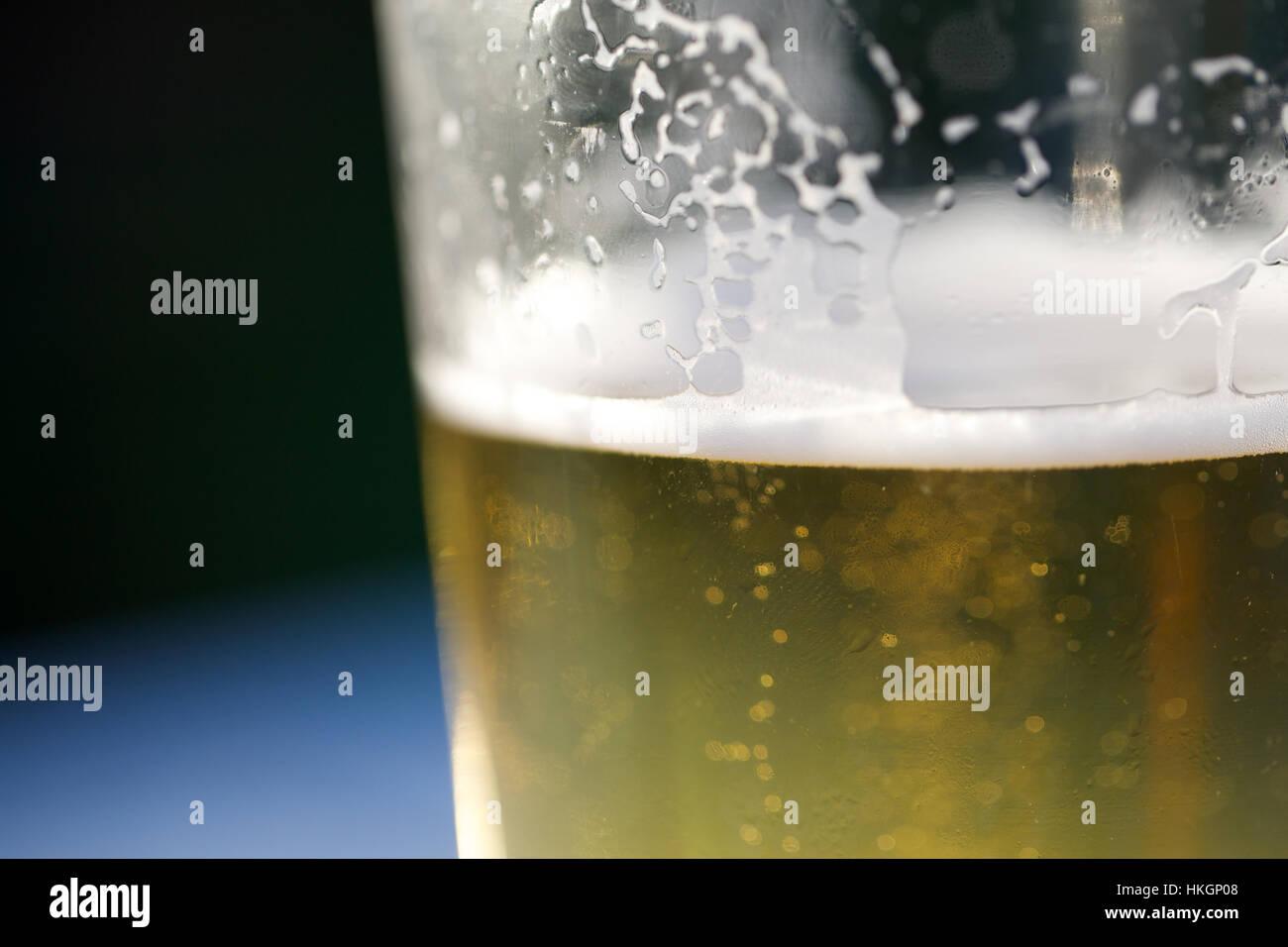 Nahaufnahme von Glas Bier. Blur, Alkohol, Getränke, Schaum Stockfoto ...