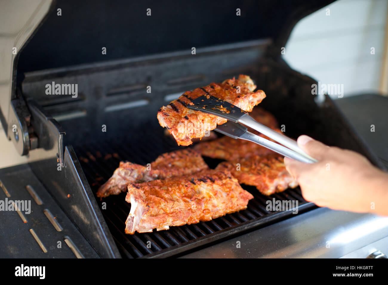Grille Spareribs På Gasgrill : Spareribs auf grill kochen die hand griff gegrilltes