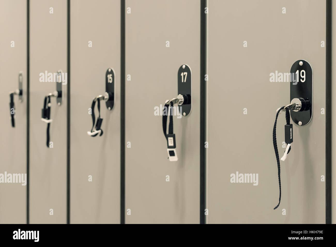 Grauen Schränke mit nummerierten Schlösser und Schlüssel in Schule ...