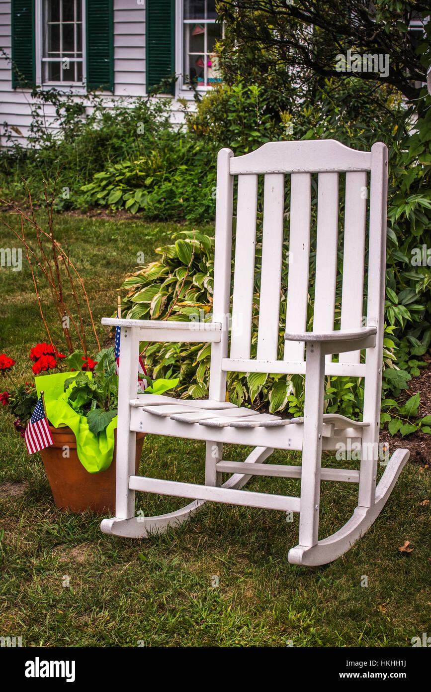 weißer schaukelstuhl im garten stockfoto, bild: 132537598 - alamy