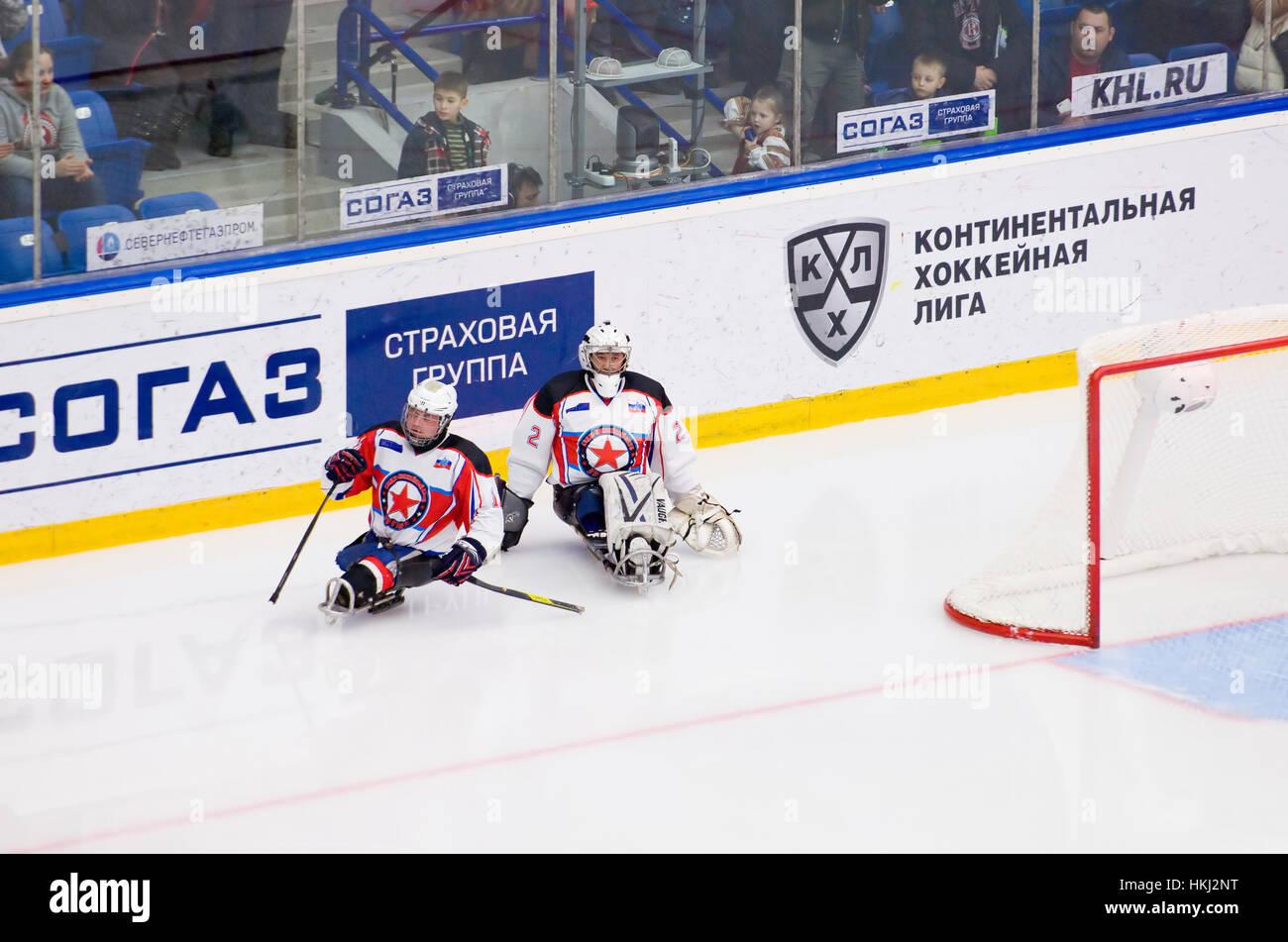 PODOLSK, Russland - 14. Januar 2017: Zwei unbekannte Spieler des Ladoga (blau) Team von Sledge Hockey während Spiel Stockfoto