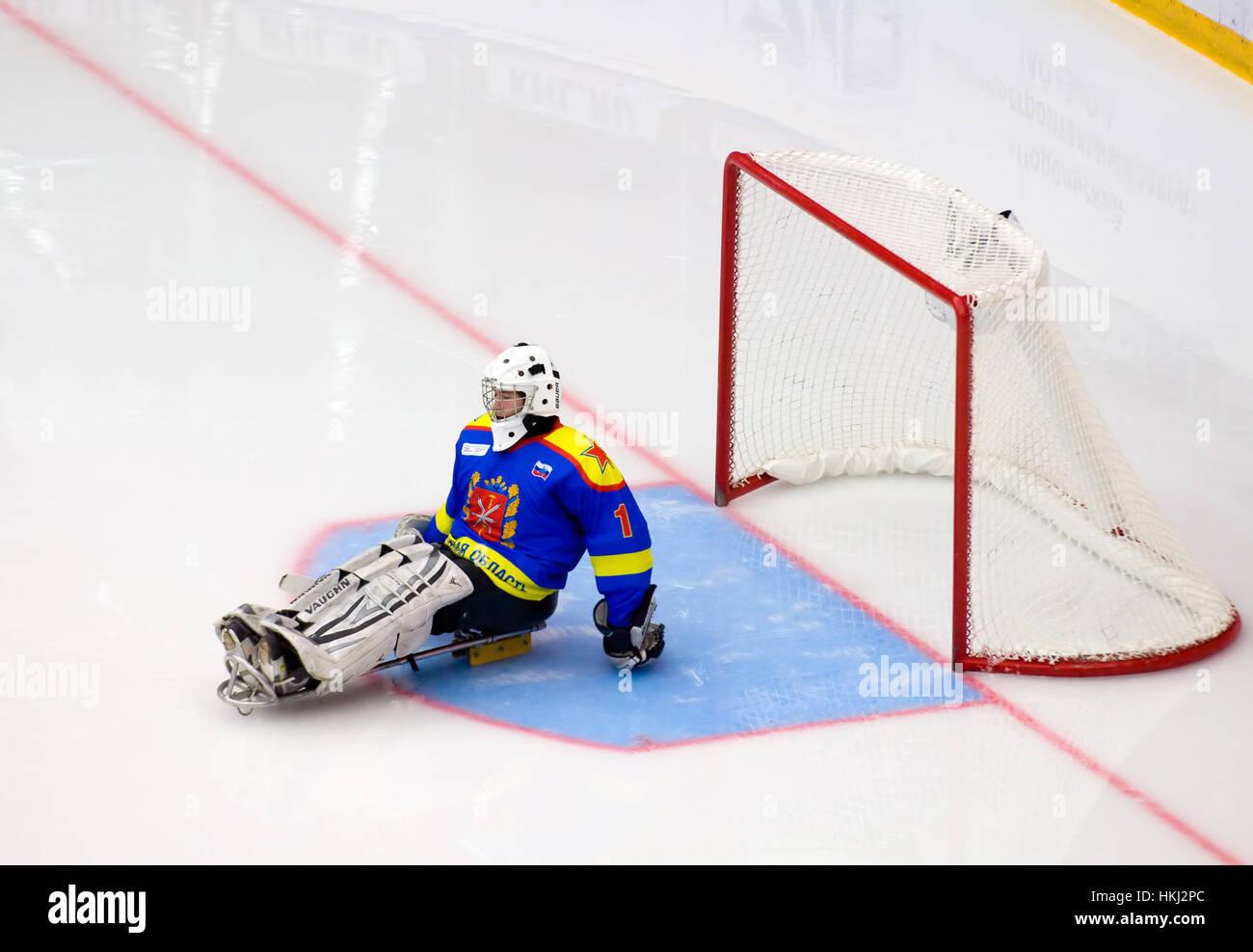 PODOLSK, Russland - 14. Januar 2017: Unidentified Torhüter des Ladoga-Team von Sledge Hockey während Spiel Witjas Stockfoto