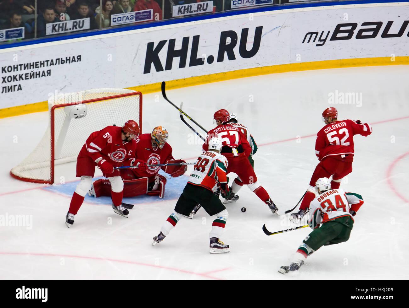 PODOLSK, Russland - 14. Januar 2017: Unbekannte Spieler durch die Witjas Team Tor auf Eishockey Spiel Witjas Vs Stockfoto