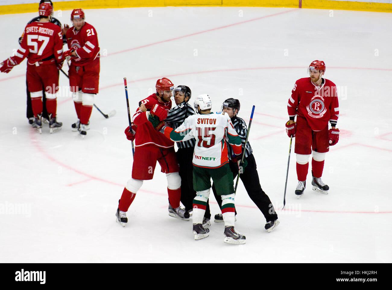 PODOLSK, Russland - 14. Januar 2017: A. Svitov (15) und A. Semenov (5) kämpfen auf Eishockey Spiel Witjas Vs AKBars Stockfoto