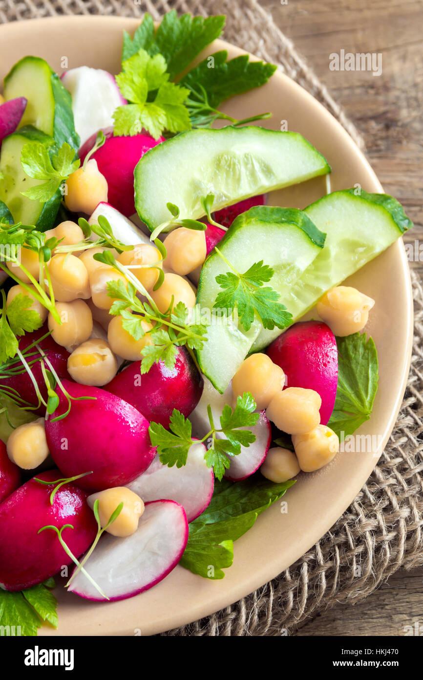 Gesunde hausgemachte Salat aus Kichererbsen und Gemüse, Ernährung, vegetarisch, Vegan essen, Frühling Stockbild