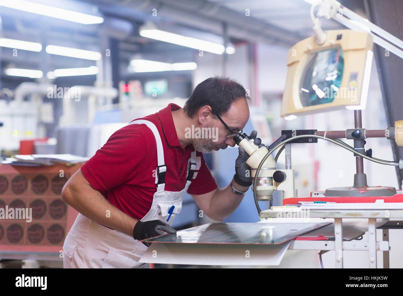 Männliche Ingenieur Prüfung Platine in Industrie, Hannover, Niedersachsen, Deutschland Stockbild