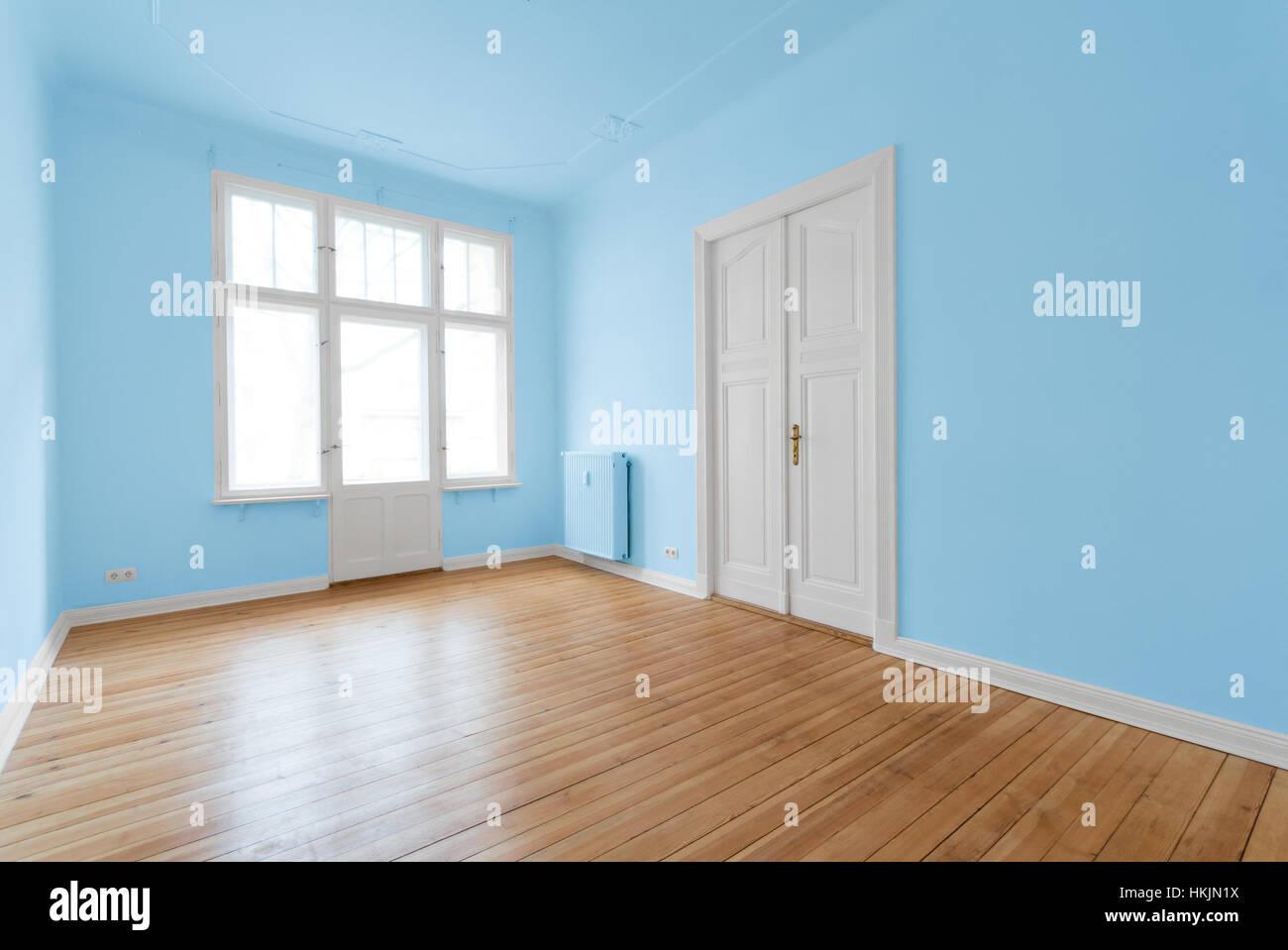 leeren raum wohnung nach der renovierung mit blau gestrichenen w nden stockfoto bild. Black Bedroom Furniture Sets. Home Design Ideas