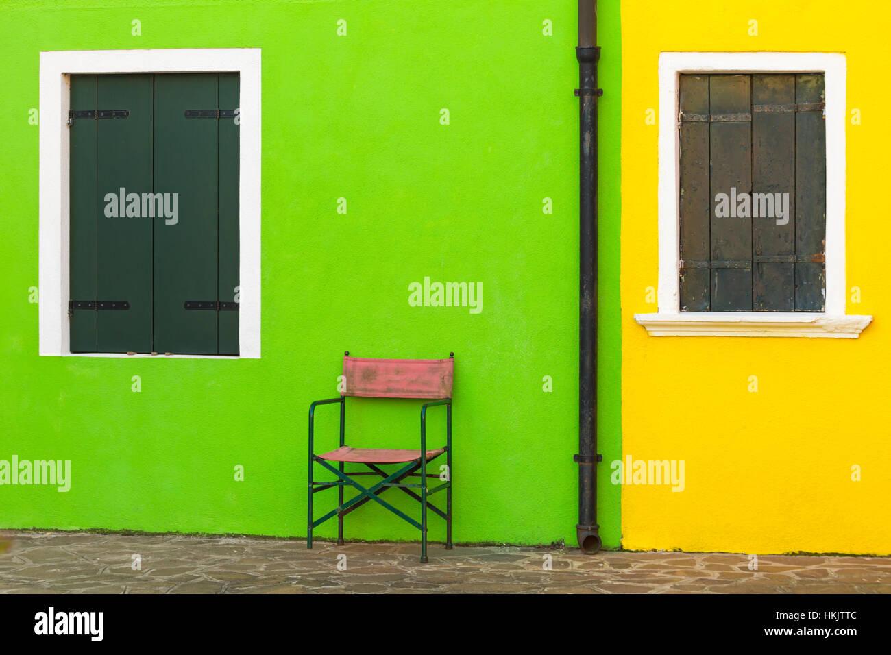 Stuhl Hell Grune Wand Von Haus Angrenzenden Leuchtend Gelben Haus